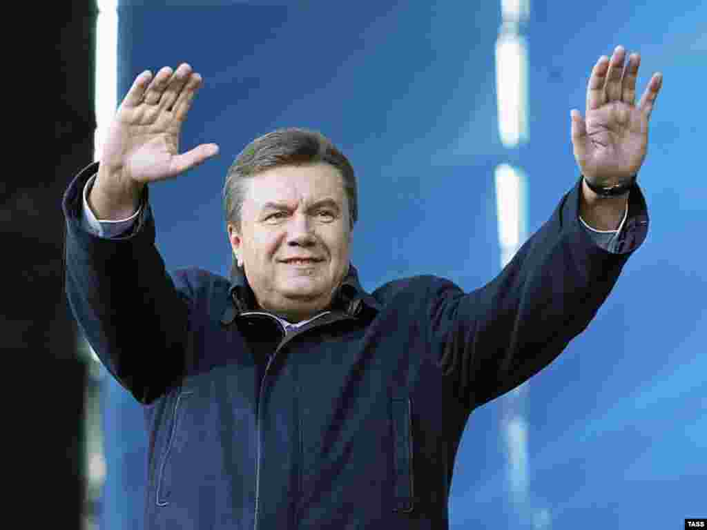 Orange Vs. Blue - Prime Minister Viktor Yanukovych greets a crowd of ruling-coalition supporters during their mass rally on Kyiv's Independence Square on April 12. (photo: ITAR-TASS)