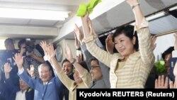 Юрико Койке сайлаудан соң жақтастары арасында.