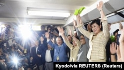 Юрико Коикэ вместо со своими сторонниками празднует победу на выборах. 31 июля