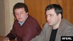 Андрэй Аляксандраў (зьлева) і старшыня БАЖ Андрэй Бастунец. Архіўнае фота.