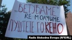 Новинарите протестираат против продолжувањето на притворот на Кежаровски, 25 јули 2013.