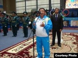 Чемпион Московской Олимпиады Жаксылык Ушкемпиров даёт благословение казахской олимпийской команде. Астана, 3 июля 2012 года.