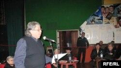 Председатель правления Союза художников Еркин Мергенов подводит итоги пленума. Алматы, 19 ноября 2008 года.
