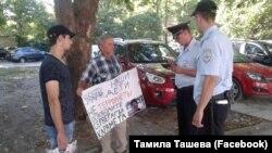 Осман Аблаев проводит пикет в поддержку Сервера Караметова,14 августа 2017 года