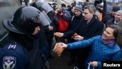 ویکتوریا نولاند (نفر اول از راست) و سفیر آمریکا در کییف (نفر دوم) در میدان استقلال پایتخت اوکراین