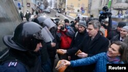 Asistenta secretarului de stat american Victoria Nuland și Geoffrey Pyatt, ambasadorul Statelor Unite la Kiev, în decembrie, printre manifestanții din Piața Independenței.