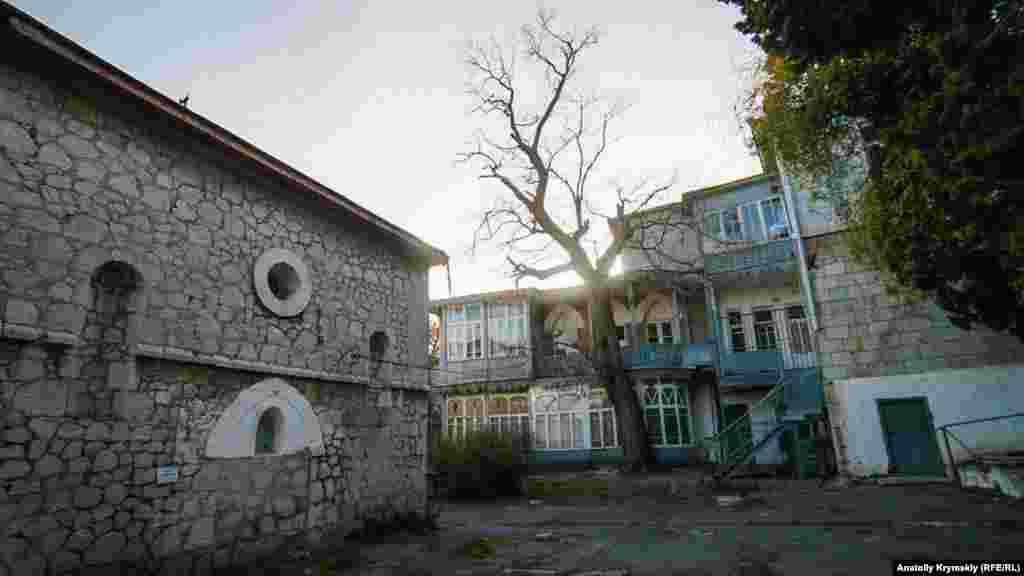 Тихий старовинний дворик неподалік від моря