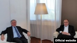 Armenia -- The foreign ministers of Armenia and Azerbaijan meet in Paris on June 26, 2009.