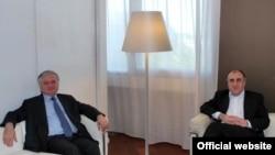Armenia -- The foreign ministers of Armenia and Azerbaijan meet in Paris on June 26, 2009.