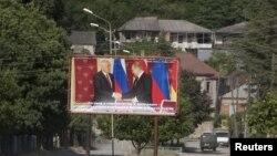 Часть накопившихся претензий к главе Ленингорского района со стороны избирателей переадресуется и президенту Тибилову