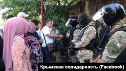 Обыски в домах крымских татар в селе Октябрьское, Крым, 7 июля 2020 г.