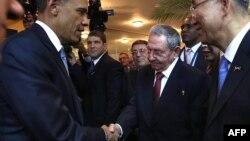Рауль Кастро ва Обама қўл бериб саломлашмоқда.