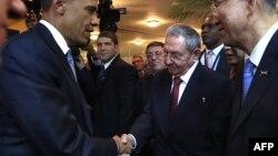 Barack Obama (majtas) dhe Raul Castro duke u përshëndetur me shtrëngim duarsh në Panama