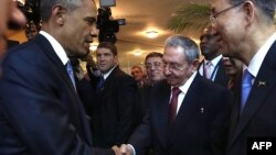 Panama - Raul Castro (sağdan ikinci) və Barack Obama (solda), 10 aprel, 2015