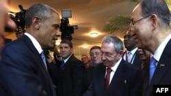 Президент США Барак Обама і президент Куби Рауль Кастро перед церемонією відкриття «Саміту Америк» в Панамі, 10 квітня 2015 року