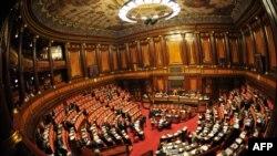Италия сенаты елдегі экономикалық қысқартуларға қатысты дауыс берген сәт. 11 қараша. 2011