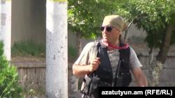 Член вооруженной группы Седрак Назарян на территории полка ППС, 23 июля 2016 г.