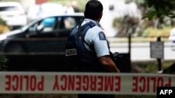 Полицейский охраняет место нападения на мечеть в Крайстчерче, Новая Зеландия. 15 марта 2019 года