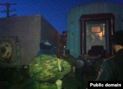 Погрузка осужденных из автозака в вагон для отправки в тюрьму. Актау, 24 ноября 2012 года. Фото со страницы Алии Турусбековой в Facebook'е.