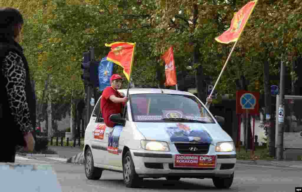 Сторонники правящей Демократической партии социалистов (ДПС) премьер-министра Мило Джукановича. Подгорица, 14 октября 2016 года.