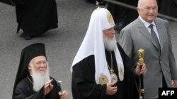 Патріархи Вселенський Варфоломій (ліворуч) і Московський Кирило (посередині) під час зустрічі в Москві 24 травня 2010 року (праворуч – тодішній мер столиці Росії Юрій Лужков)