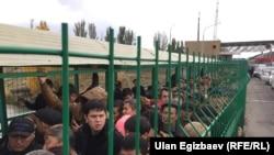 Қырғызстанның Қазақстанмен шекарадағы өткізу бекетінде тұрған адамдар. 16 қазан 2017 жыл.