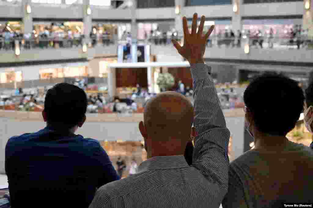 Продемократичний демонстрант піднімає руку як символ «П'яти вимог, а ніяк не менше» під час протесту проти планів Пекіна запровадити законодавство про національну безпеку в Гонконгу (REUTERS/Tyrone Siu)