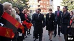 Наспроти обратните примери во соседството и во Европа, во услови на економска криза, македонските функционери гласаат за зголемување на платите за 5 проценти