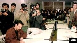 در اوج تعطیلی رونامههای مستقل، پس از پیروی محمد خاتمی در انتخابات ریاست جمهوری، روزنامهنگاران با امضای بیانیهای در روزنامه نشاط به بازداشت همصنفیهای خود اعتراض میکنند.