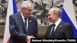 Чехия президенті Милош Земанның (сол жақта) Ресей президенті Владимир Путинмен кездесуі. Пекин, мамыр 2017 жыл.