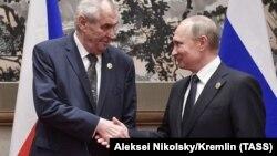 Влдаимир Путин и Милош Земан во время встречи в Китае