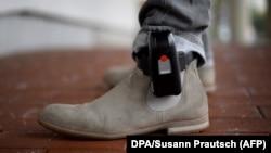 O brățară electronică din Germania. Nu e clar până la acest moment ce fel de brățări vor fi folosite în România.