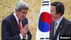 Госсекретарь США Джон Керри (слева) и министр обороны Южной Кореи Юн Бен Се.