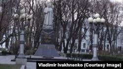 Памятник генералу Николаю Ватутину в Мариинском парке в Киеве