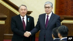 Former Kazakh President Nursultan Nazarbaev (left) and current incumbent Qasym-Zhomart Toqaev (file photo)
