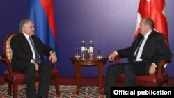 Встреча президента Грузии Георгия Маргвелашвили (справа) с министром иностранных дел Армении Эдвардом Налбандяном, Тбилиси, 17 ноября 2013 г.