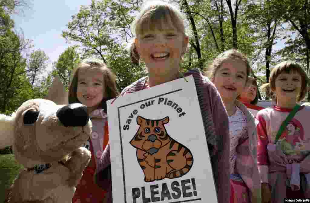 Школярі відзначають День Землі (22 квітня) у центрі Сараєво, Боснія, 20 квітня 2007 року. Співаючи та виступаючи в парку, діти закликають світ захищати та берегти довкілля, допоки не пізно