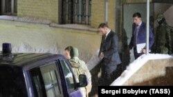 Члена Совфеда Рауфа Арашукова ведут после заседания суда в Москве, 30 января 2019 года
