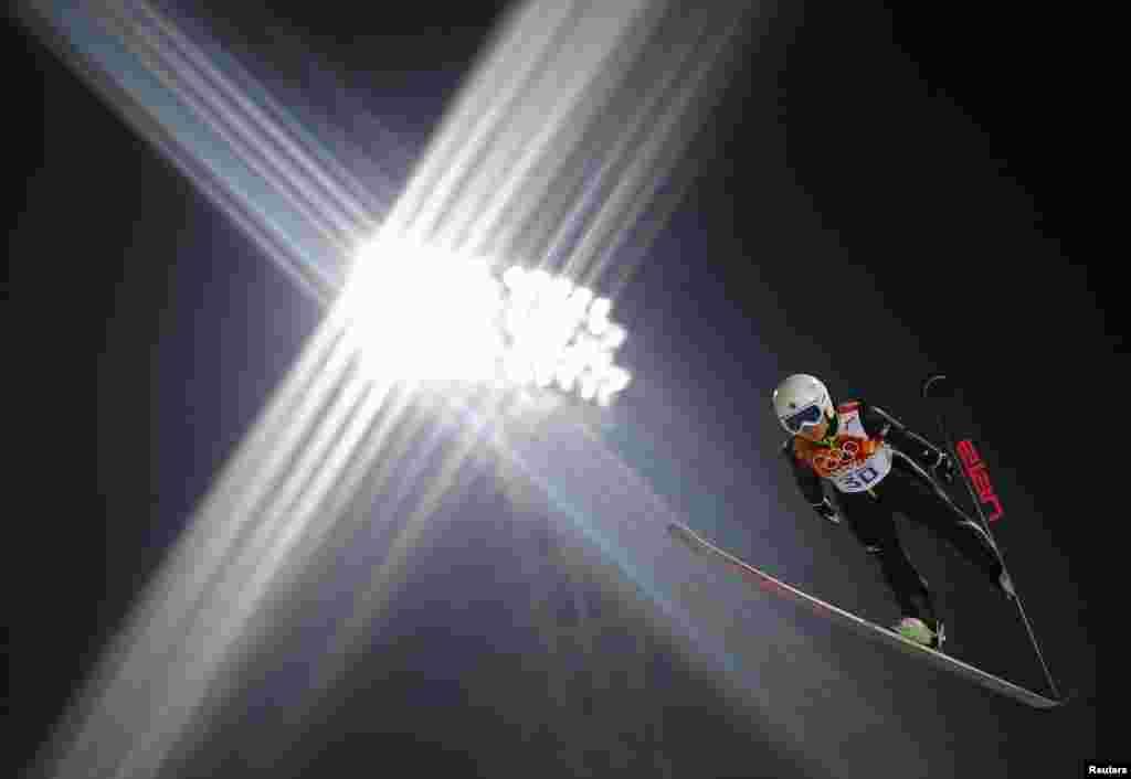 Японка Сара Таканасі летить в повітрі під час її пробного стрибка в жіночих стрибках з трампліна