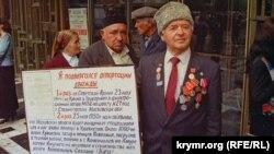 Участник траурного митинга в Симферополе, 18 мая 1998 года