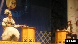 Айтыскер ақындар: Сара Тоқтамысова (сол жақта) және Ринат Зайытов. Алматы, 21 наурыз 2010 жыл.
