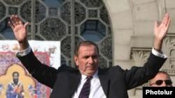 Հայաստան -- Ընդդիմության առաջնորդ Լեւոն Տեր-Պետրոսյանը ողջունում է հանրահավաքի մասնակիցներին, Երեւան, 18-ը սեպտեմբերի, 2009 թ.