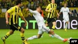 Ronaldo Hummelin nəzarətindən yayınır.