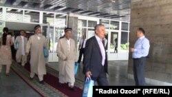 Uchrashuvga da'vat etilgan din vakillarini prezident bir xil tikilgan diniy liboslar va sovg'alar bilan siyladi.