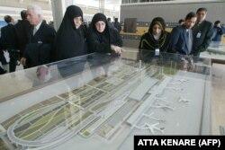 مسافران در حال بررسی ماکت فرودگاه امام در روز افتتاح آن