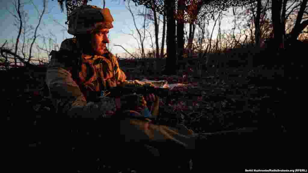 Український солдат7 листопада поблизу села Кримське, Жолобок, Луганської області. (Сергій Нужненко,Радіо Свобода/Радіо Вільна Європа)