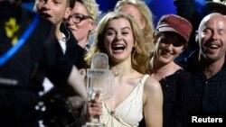 Даниялық әнші Эммили де Форест (ортада) Eurovision-2013 байқауының бас жүлдесіне ие болды. Мальма, Швеция, 18 мамыр 2013 жыл.