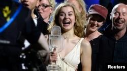 Эммили де Форест из Дании держит свой приз после победы на музыкальном конкурсе «Евровидение-2013» в Мальмё 18 мая 2013 года.
