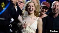 Евровидение-2013 танлови ғолибаси Эммели де Форест (марказда).