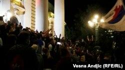 протест на платото пред Собранието на Србија